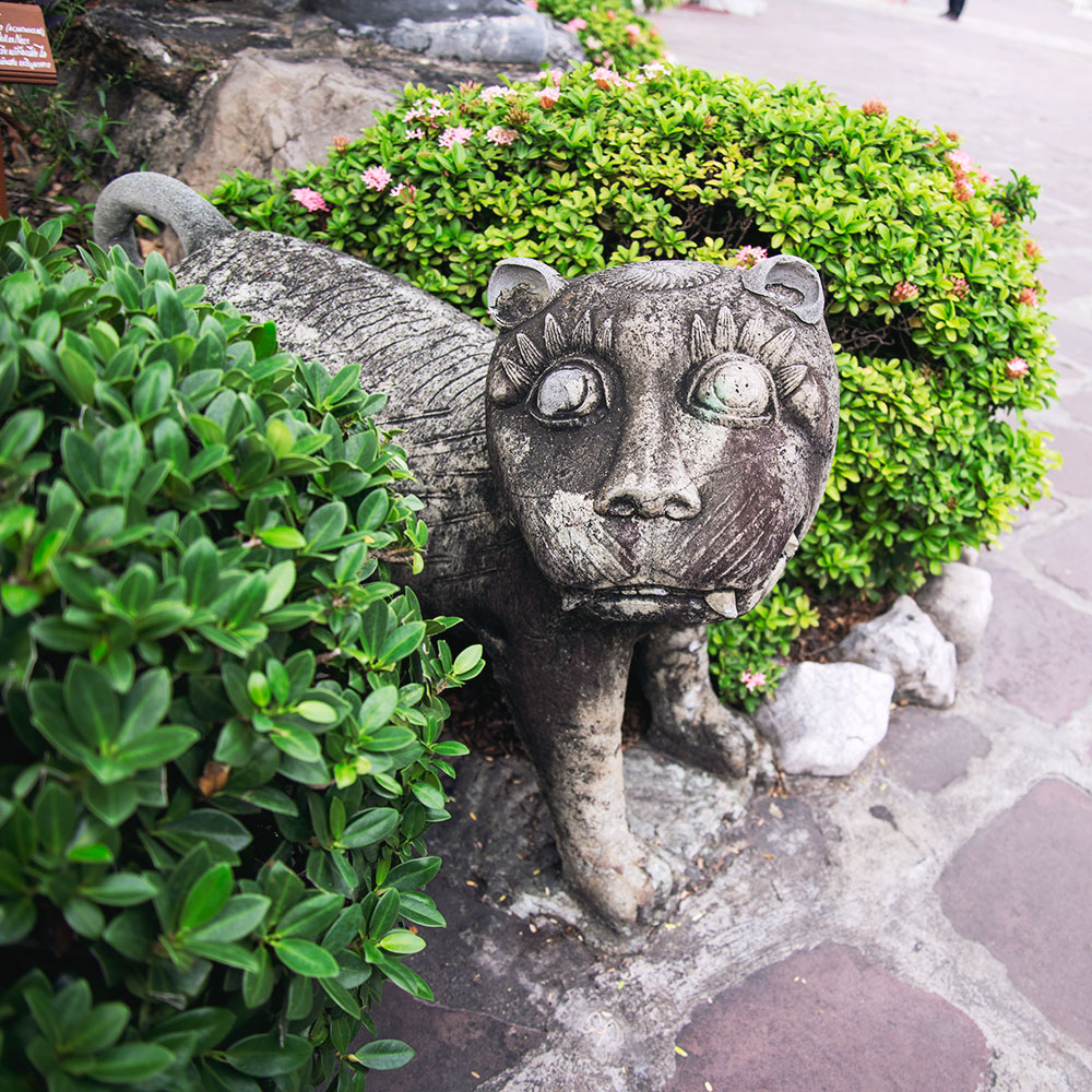 cat sculpture
